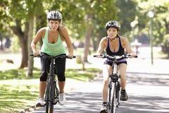2 женщины задействуя через парк Стоковое Изображение RF
