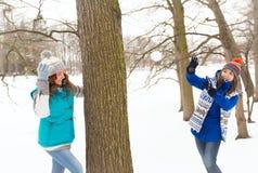 2 женщины зимы имеют потеху outdoors Стоковые Фото
