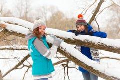 Женщины зимы имеют потеху outdoors Стоковые Изображения