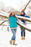 Женщины зимы имеют потеху outdoors Стоковое Фото