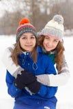 Женщины зимы имеют потеху outdoors Стоковые Фото