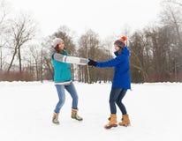 Женщины зимы имеют потеху outdoors Стоковая Фотография RF