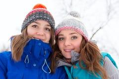 Женщины зимы имеют потеху outdoors Стоковое фото RF