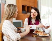 2   женщины злословя и выпивая чай Стоковые Фото