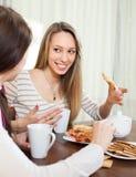 Женщины злословя и выпивая чай Стоковое фото RF