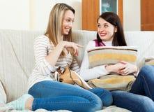 2 женщины злословя на софе Стоковая Фотография RF