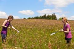 2 женщины играют бадминтон в природе Стоковые Фотографии RF