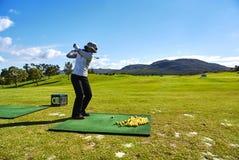 Женщины играют в гольф arabella поля для гольфа beginner и юг-afr гор стоковые фото