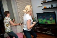 Женщины играя видеоигру стоковое изображение rf