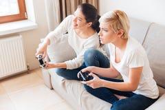 Женщины играя видеоигры Стоковые Фотографии RF