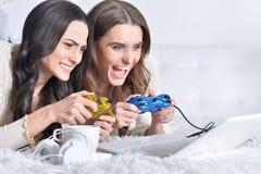 Женщины играя видеоигры Стоковая Фотография