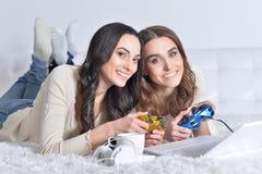 Женщины играя видеоигры Стоковое Фото
