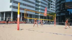 Женщины играя волейбол акции видеоматериалы