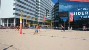 Женщины играя волейбол видеоматериал