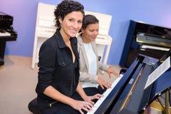 2 женщины играя рояль Стоковое Фото