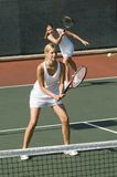 Женщины играя теннис стоковая фотография