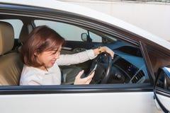 Женщины играя smartphone чувствуя счастливый внутренний автомобиль стоковые изображения rf