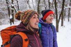2 женщины идут в парк Стоковые Фото