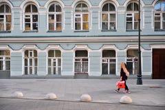 2 женщины идут ходить по магазинам улицей Москвы, России Стоковое фото RF