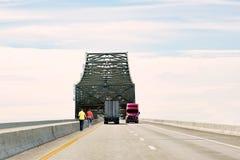 2 женщины идя вдоль края скоростного шоссе Стоковое Изображение