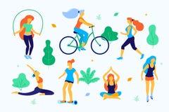 Женщины идя в иллюстрацию парка плоскую Девушки делая спорт в парке, ход, катающся на коньках, делающ йогу, скача бесплатная иллюстрация