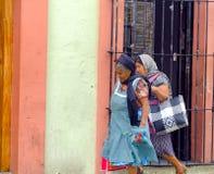 Женщины идя в улицу в Оахака Стоковое фото RF
