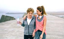 2 женщины идя морским путем пристань Стоковая Фотография
