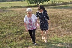 Женщины идя поле, Стоковые Изображения RF