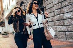 2 женщины идя совместно на улицу Стоковые Фото