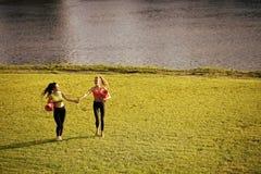 2 женщины идя с циновками йоги Стоковое Изображение