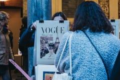 Женщины из вторых рук записывают рынок в дворе фондовой биржи Vieille в Лилле, Франции стоковая фотография