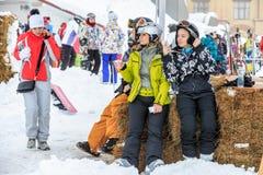 2 женщины имеют остатки после катания лыжи Стоковые Изображения RF