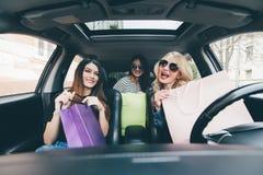 3 женщины имеют потеху совместно в автомобиле после shoping Стоковая Фотография