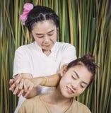 Женщины имеют релаксацию массажа плеча Стоковое фото RF