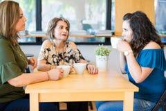 Женщины имея кофе на кафе Стоковое Изображение RF