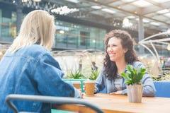 2 женщины имея кофе совместно в Лондоне Стоковые Фото