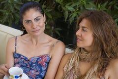 2 женщины имея кофе Стоковое Фото