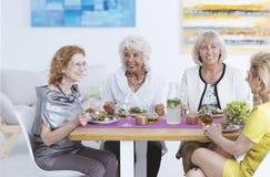 Женщины имея обедающий Стоковые Изображения RF