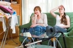 2 женщины имея остатки после очищать Стоковая Фотография RF