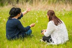 Женщины имея переговор в природе стоковая фотография