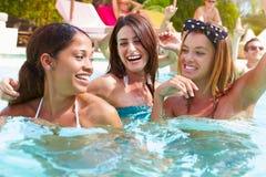 3 женщины имея потеху в бассейне Стоковое Изображение
