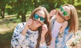 Женщины имея потеху делая усики с волосами Стоковое Изображение