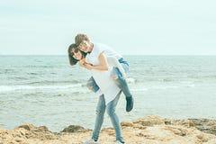 2 женщины имея потеху на пляже Стоковые Изображения RF