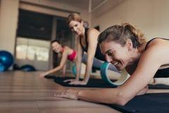 Женщины имея потеху пока делающ разминку pilates стоковое фото rf