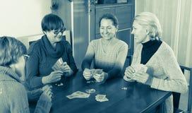 Женщины имея потеху с карточками Стоковое Фото