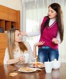 Женщины имея склоку на таблице Стоковые Фотографии RF