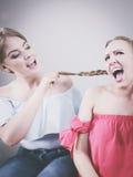2 женщины имея спорят бой Стоковые Изображения RF