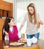 Женщины имея ссору над таблицей чая Стоковые Фото