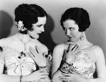 2 женщины имитируя один другого (все показанные люди более длинные живущие и никакое имущество не существует Гарантии поставщика  Стоковое Изображение RF
