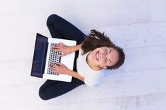 Женщины используя портативный компьютер на взгляд сверху пола Стоковое Фото